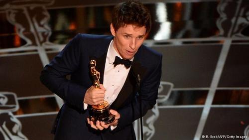 کیت بلانشت که سال پیش برنده اسکار بهترین هنرپیشه زن نقش اصلی شده بود، برای اعلام نام برنده بهترین هنرپیشه مرد نقش اصلی به روی صحنه آمد و اسکار نصیب کسی نشد جـــــــز، ادی ردمین برای بازی درخشان و دیدنیاش در فیلم