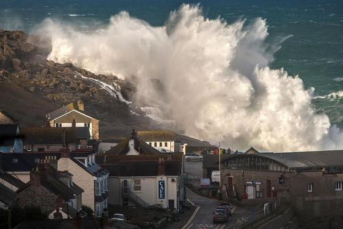 امواج خروشان دریا در کورنوال بریتانیا
