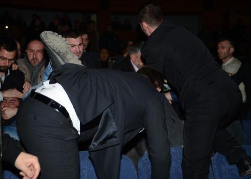 کتک زدن معترضان به سخنرانی احمدی نژاد از سوی برخی از حضار