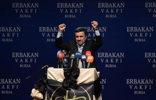 احمدی نژاد پشت تریبون سخنرانی