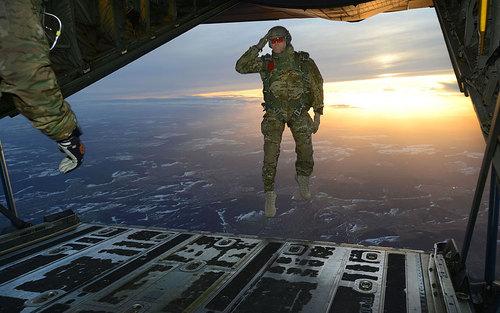 ادای احترام سرباز آمریکایی قبل از پرش از هواپیما C-130 در آلمان