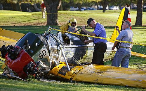 سقوط یک هواپیمای دونفره در سانتا مونیکا - آمریکا. در این حادثه خلبان مجروح شد.