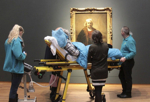 یک زن بیمار و در حال مرگ هلندی آخرین آرزویش دیدن تابلو پرتره رامبراند بود. یک خیریه هلندی هزینه انتقال او را از بیمارستان با آمبولانس به موزه آمستردام را متقبل شد تا این گونه آخرین آرزویش تحقق یابد.