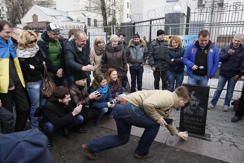 نصب سنگ قبر نمادین پوتین در مقابل سفارت روسیه در شهر کی یف از سوی برخی فعالان ضد روسیه در اوکراین