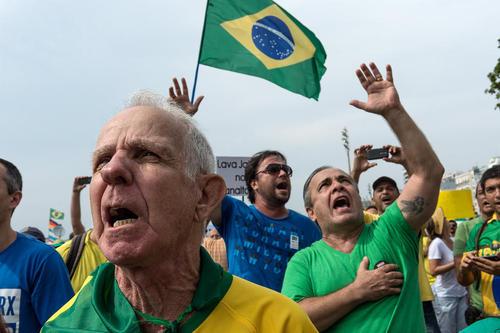 تظاهرات مخالفان حکومت خانم دیلما روسف رییس جمهور برزیل در شهر ریودوژانیرو. خواسته معترضان استیضاح و برکناری رییس جمهور به اتهام فساد اقتصادی است