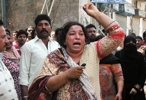 مسیحیان معترض پاکستانی در شهر لاهور در پی بمبگذاری تروریستی در کلیسایی در این شهر