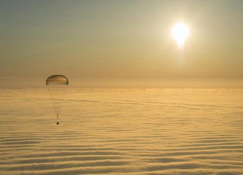 فرود کپسول فضاپیمای روسی سایوز حامل سه فضانورد روسی به زمین (قزاقستان)