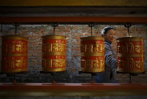 نواختن زنگ دعا در معبد لاتیپور متعلق به تبتی های در تبعید