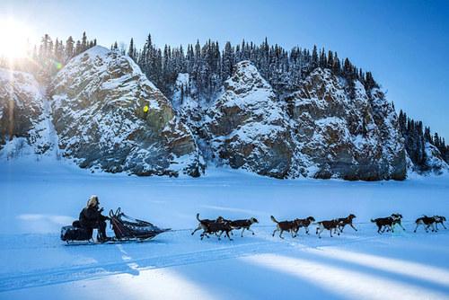 اسکیت سواری روی دریاچه ای یخزده در آلاسکا