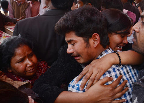 خانواده های داغدیده درمراسم تشییع پیکر قربانیان حمله تروریستی به کلیسایی در لاهور پاکستان