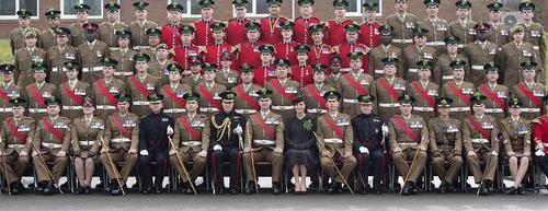 عکس یادگاری پرنس ویلیام نوه ملکه بریتانیا و همسرش کاترین میدلتون با سربازان ارتش بریتانیا به مناسبت روز سن پاتریک