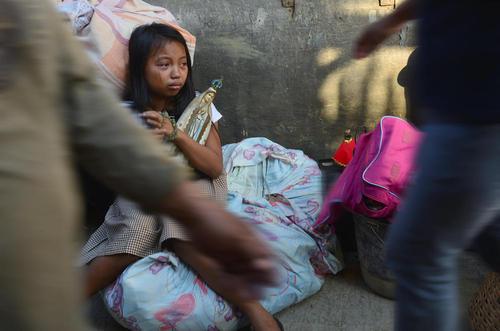 بی خانمان های فیلیپینی پس از آتش سوزی گسترده در خانه هایشان