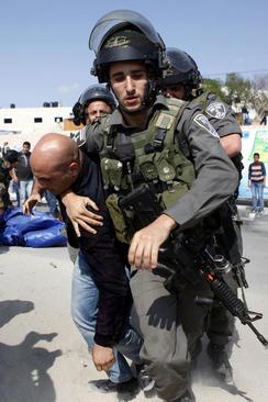 دستگیری معترض فلسطینی از سوی سرباز اسراییلی در کرانه غربی