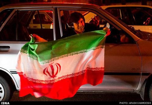 تجمع و شادی مردم مقابل وزارت خارجه بعد از توافق لوزان
