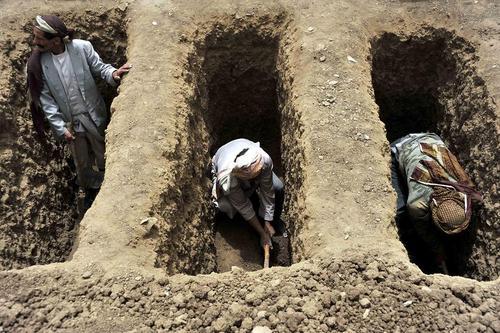 کندن قبر برای قربانیان حملات هوایی عربستان به یمن (غرب شهر صنعا)