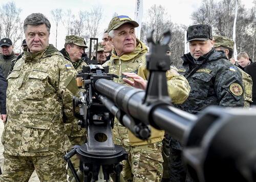 بازدید رییس جمهور اوکراین (فرد سمت چپ تصویر) از نیروهای نظامی ارتش