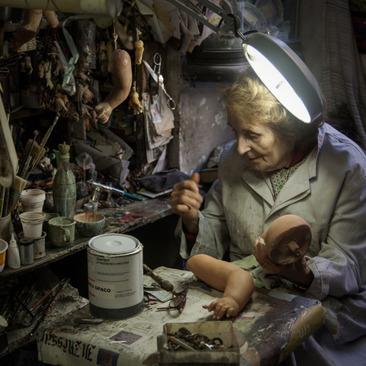 زن 82 ساله ایتالیایی در حال ترمیم عروسک های آسیب دیده در یک کارگاه خانگی