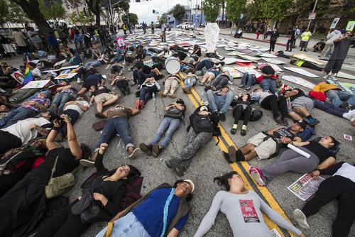 تحصن و گذاشتن تابوت های مقوایی در مقابل درب ورودی اداره پلیس شهر لس آنجلس آمریکا از سوی  فعالان در اعتراض به خشونت پلیس این شهر . بر اساس آمار در 15 سال گذشته 700 نفر در اثر تیراندازی و خشونت پلیس کشته شده است