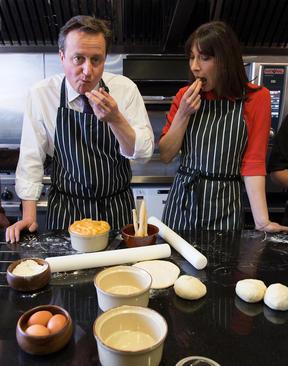 نخست وزیر انگلیس و همسرش در جریان یک سفر انتخاباتی به ولز در حال پختن استیک و پای