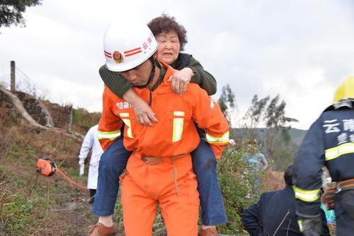 امداد رسانی به صدمه دیدگان از تصادف اتوبوس در چین