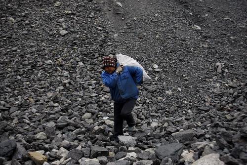 کارگر زن یک معدن زغال سنگ در چین