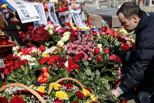 گذاشتن گل در قربانگاه بوریس نمتسوف یکی از رهبران مخالف حکومت پوتین در چهلمین روز از ترور او
