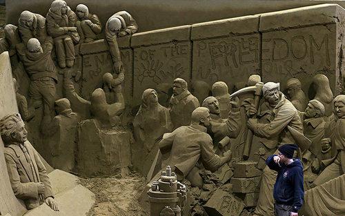 هنرمند کانادایی در حال ساختن اثر هنری شنی از سقوط دیوار برلین برای موزه تاتوری ژاپن