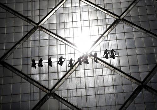 پاک کردن شیشه های یک ساختمان در پکن