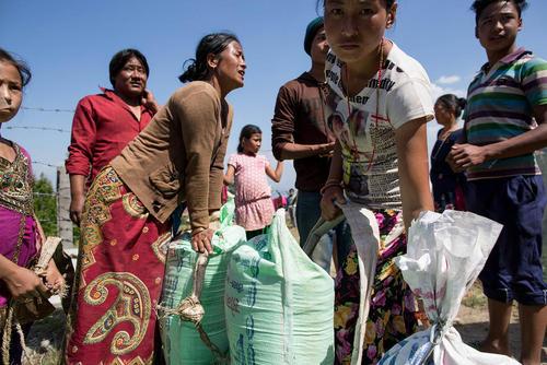 توزیع مایحتاج و آذوقه میان زلزله زدگان نپال (شهر کاتماندو)