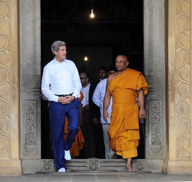 بازدید جان کری وزیر امور خارجه آمریکا از معبدی در شهر کلمبو سریلانکا