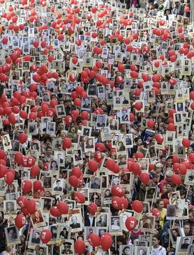 مراسم گرامی داشت قربانیان جنگ دوم جهانی در سن پترز بورگ روسیه. شرکت کنندگان در رژه تصاویر اعضای خانواده خود را که در جریان جنگ کشته شده اند در دست دارند