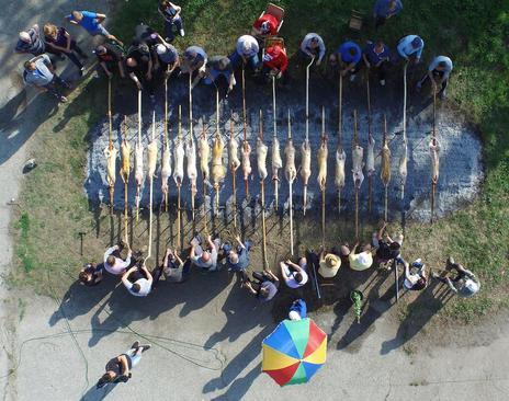 بریان کردن خوک در روز جشن ملی در بلغارستان