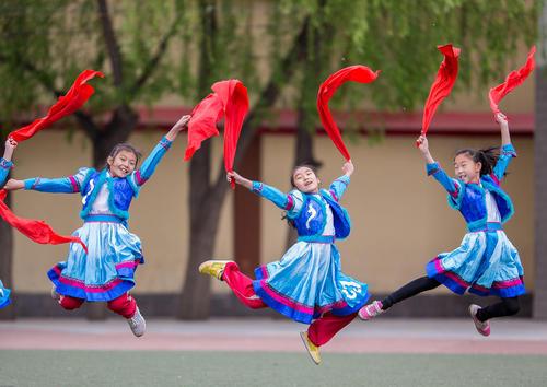 دانش آموزان چینی در حال اجرای یک مراسم آیینی