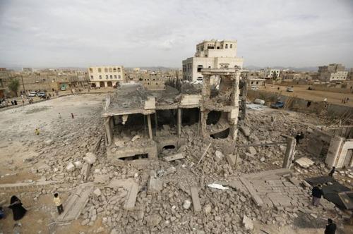ویرانی خانه یکی از رهبران انصار الله یمن در جریان حملات هوایی عربستان به شهر صنعا