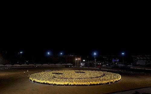 شش هزار فیلیپینی با پوشیدن تی شرت های زرد و سیاه صحنه لبخند درست کردند و نام خود را در کتاب رکوردهای گینس به عنوان بازسازی بزرگ ترین صحنه لبخند ثبت کردند