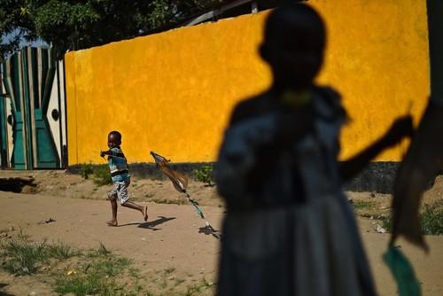 بازی یک کودک بروندیایی در شهر بوجومبارا پایتخت  کشور ناآرام بروندی