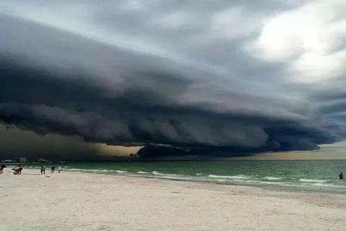فلوریدا: در این عکس دیواری از ابرهای تیره سنت پتزبورگ فلوریدا را محاصره کرده است.