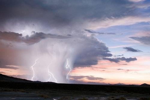 کالیفرنیا: صاعقهی بزرگی که در کالیفرنیا ایجاد شده و نمای زیبایی به ابرهای اطرافش داده است.