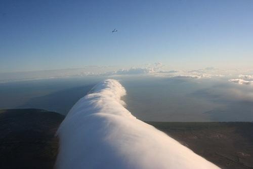 استرالیا: ابرهایی که به صورت رول نزدیک به زمین هستند و به آنها صبح افتخار هم گفته میشود. این نوع ابرها در استرالیا مرسوم هستند.