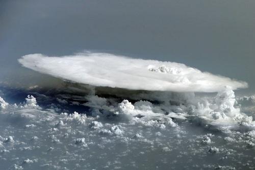 آفریقا: ابرهای کومولونیمبوس که بر فراز آفریقا تشکیل شدهاند.