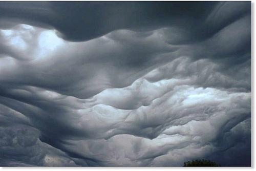 انگلستان: این ابرهای عجیب با نام ابرهای موجدار شوریده (undulatus asperatus) شناخته میشوند.