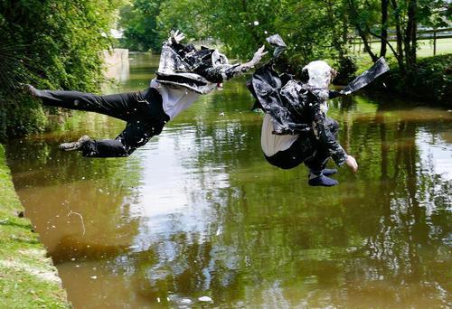 دانشجویان آکسفورد شادمان از پایان یافتن ترم تحصیلی و امتحان ها در حال پرش به رودخانه
