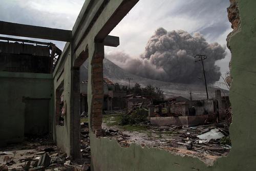 فعالیت کوه آتشفشانی در جزیره کارو اندونزی