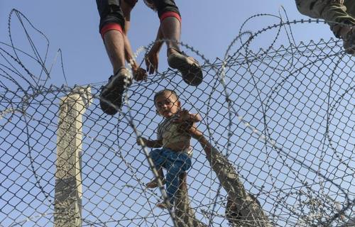 شماری از مردم سوریه برای فرار از جنگ تلاش می کنند با عبور از مرزوارد ترکیه شوند