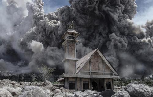 آتش فشان ماونت سینابونگ در منطقه کارو در اندونزی