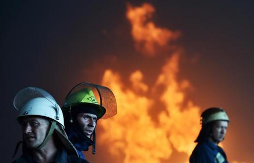 آتش نشانان اوکراینی در حال خاموش کردن آتش در جنوب کیف