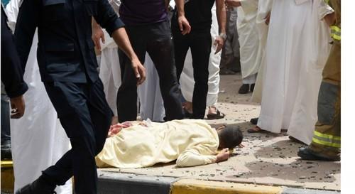 انفجار انتحاری در مسجد امام صادق شیعیان کویت منجر به 27 کشته شد. داعش مسؤولیت این حمله را برعهده گرفت.