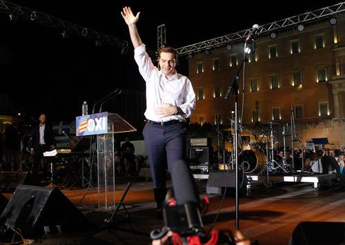 سخنرانی آلکسیس سیپراس نخست وزیر چپگرای یونان در جمع حامیان رای نه به رفراندوم روز یکشنبه . سیپراس از مردم خواست به رفراندوم رای نه بدهند. او گفت یونان در برابر فشارهای اتحادیه اروپا بابت ریاضت های اقتصادی سر خم نخواهد کرد