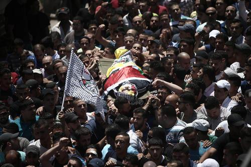 تشییع پیکر یک جوان 17 ساله فلسطینی در کرانه غربی