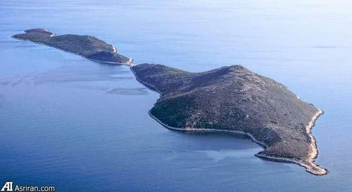 جزیره 1 هکتاری نیسوس ماکری. این جزیره به داشتن جنگل زیبایش مشهور است. ویژگی دیگر این جزیره داشتن اجازه برای ساخت و ساز بدون محدودیت در همه مناطق این جزیره است.
